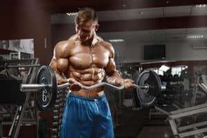 El Curl de bíceps con barra es un ejercicio completo para bíceps.