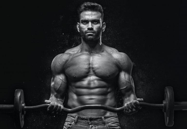 El curl de bíceps estricto es un excelente levantamiento de hipertrofia y fuerza.