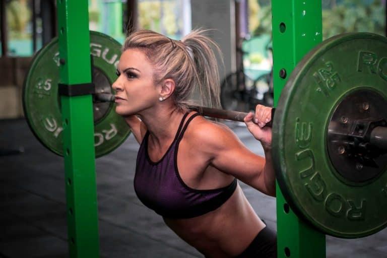 Mejores ejercicios que puedes hacer sólo con una barra con peso
